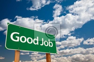 Buen trabajo Green Road Sign con el cielo