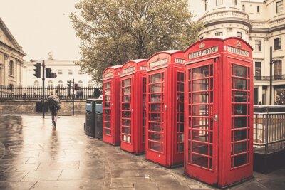 Póster Cabinas telefónicas rojas del estilo de la vendimia en la calle lluviosa en Londres