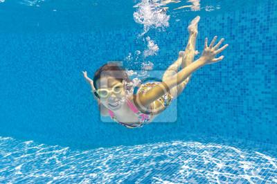 Cabrito subacuático sonriente feliz en piscina
