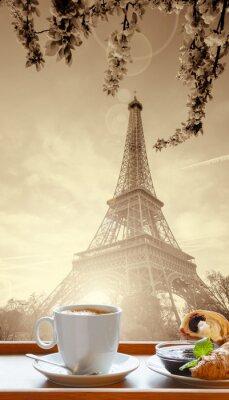 Póster Café con croissants contra la Torre Eiffel en París, Francia