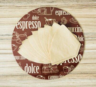 Póster Café de la bandeja redonda temática y filtros de café en el backgr de madera