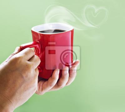 Café negro en la taza roja de la madre