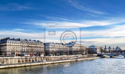 Caminando a lo largo del río Sena, en París.