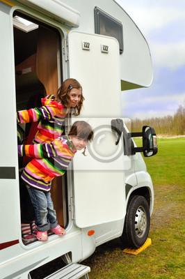 Campista feliz de los cabritos inr (RV), la familia viaje de vacaciones en autocaravana