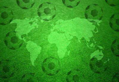 Póster Campo de hierba del fútbol con el mapa del mundo y el patrón de las pelotas de fútbol.