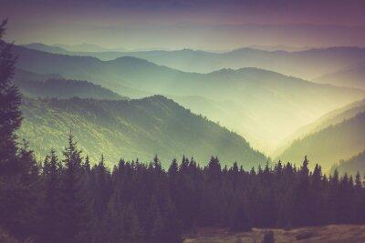 Póster Capas de la montaña y la neblina en los valles.