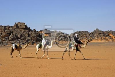Caravana de camellos en las montañas Acacus