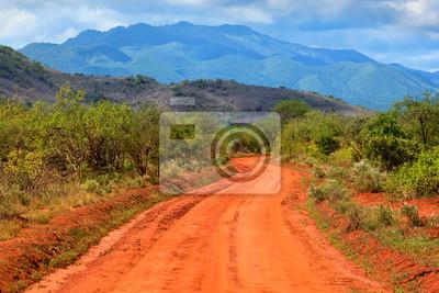 Carretera de tierra roja y de la sabana. Tsavo West, Kenia, África