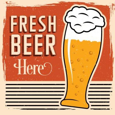 Póster Cartel fresco de la cerveza aquí con el vidrio de cerveza, de fuente del vintage y de suciedad en tapa.