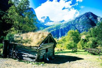 Póster Casa antigua al pie de los trolls de montaña