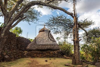 Casa tradicional en un pueblo de Konso con el árbol de generaciones