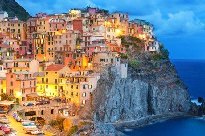 Póster Casas coloridas en la noche en Manarola, Cinque Terre Italia.