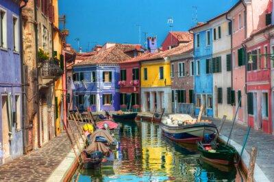 Casas de colores y el canal en la isla de Burano, cerca de Venecia, Italia.