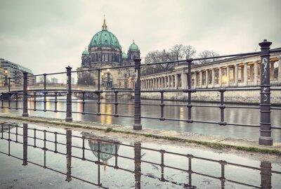 Póster Catedral de Berlín (Berliner Dom) y la Isla de los Museos (Museumsinsel) se refleja en el charco, Berlín, Alemania, Europa, estilo vintage filtrado