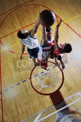 Póster Cencept La competencia con las personas que juegan y el deporte de baloncesto de ejercicio en el gimnasio de la escuela