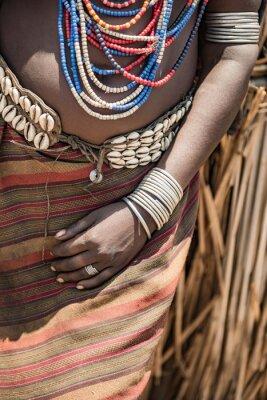 Cerca de la mano de la mujer Arbore, Etiopía