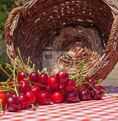 Cerezas derramado en la mesa de jardín