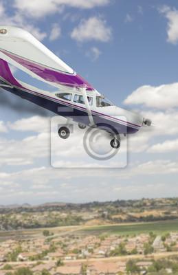 Cessna 172 con el humo que viene del motor que dirige abajo