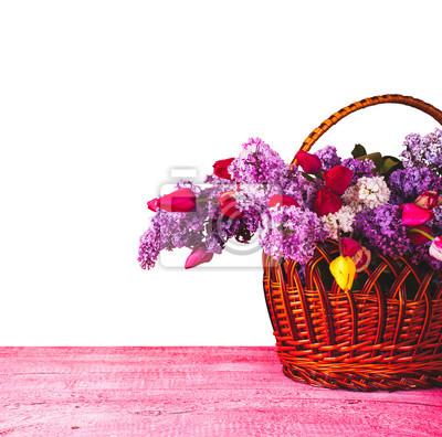 Cesta con lila y tulipanes