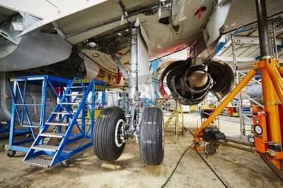 Póster Chasis del avión en mantenimiento pesado