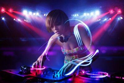 Póster Chica Disc jockey tocando música con efectos de haz de luz en el escenario