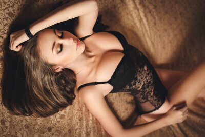 Póster Chica joven atractiva en ropa interior negra