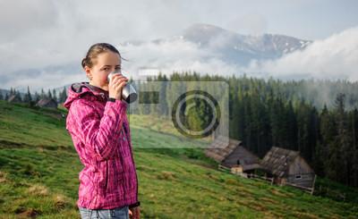 Chica joven que bebe una taza de café en la mañana