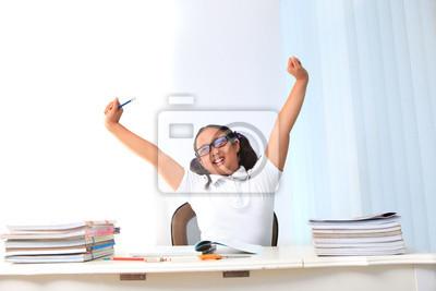 Chica levantar su mano en la sala de clase
