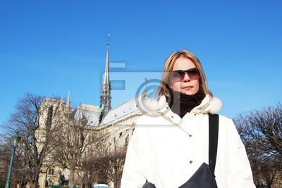 Chica rubia en frente de la Catedral de Notre Dame.