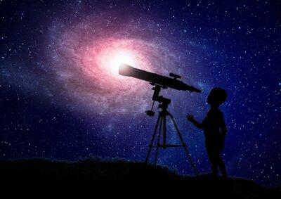 Póster Chico busca a través de un telescopio