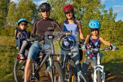 Ciclismo Familia. Padres felices con los niños en bicicleta