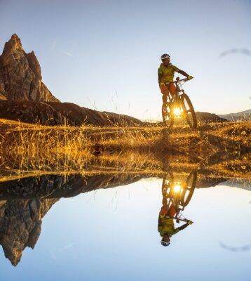 Póster Ciclistas de montaña en el lago