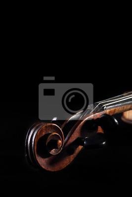 Clavijero violín y pergamino rasguñado viejo en fondo oscuro