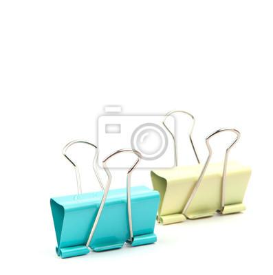 clips de colores sobre fondo blanco