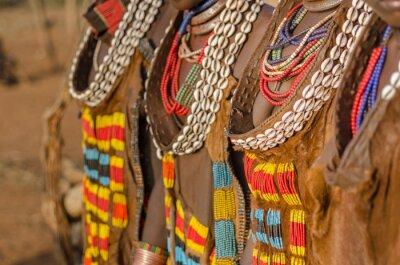 Close up de los vestidos de las mujeres de la tribu Hamer