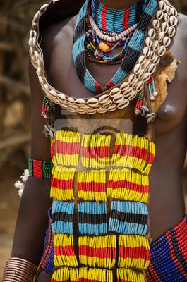 Close up de un vestido de mujer de la tribu Hamer
