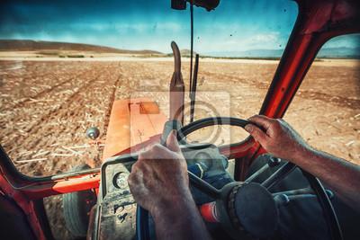 Closeup manos del agricultor, se sienta dentro de la cabina del tractor