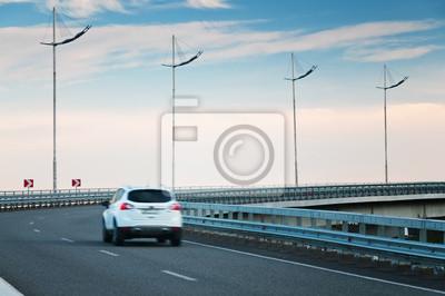 Coche en la curva de la carretera