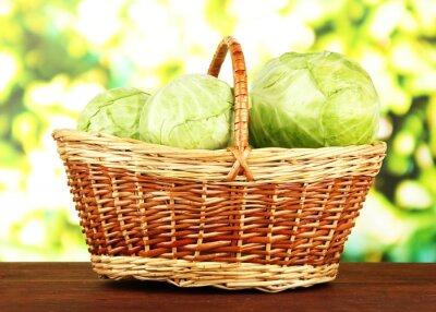 Póster Col verde en cesta de mimbre, sobre fondo brillante