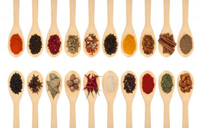 Póster Colección de especias en cucharas