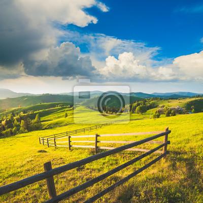 Colinas del pueblo de montaña de los Cárpatos