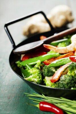 Póster coloridos salteado en un wok