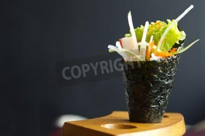 Póster Comida japonesa, California espera rollo de la mano en un accesorio de madera