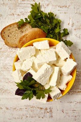 Póster comida sana. Queso cottage y pan sobre un fondo blanco de madera