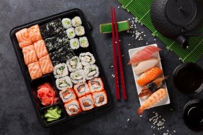 Póster Conjunto de sushi y maki roll y té verde