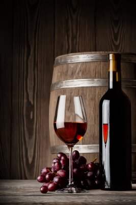 Póster Copa de vino tinto con la botella y barril de pie