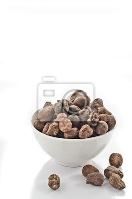 Copa llena de nueces de karité