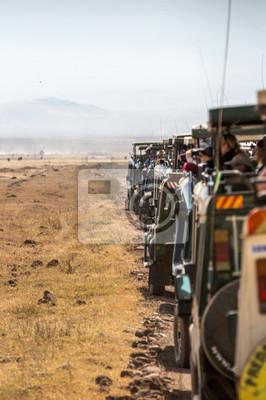 Cráter de Ngorongoro, Tanzania - Ago 23 de 2015 - Una larga fila de camiones de safari con turistas estacionándose dentro del parque nacional del cráter de Ngorongoro en Tanzania