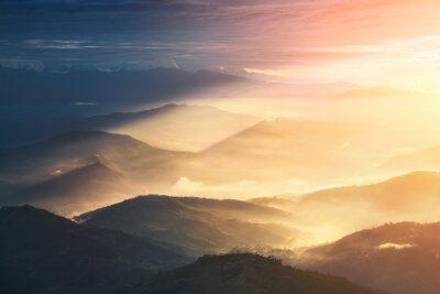 Póster Cuando una noche se convierte en un día. Hermosas colinas brillantemente iluminadas durante la salida del sol.