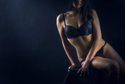 Póster Cuerpo de la mujer perfecta en el fondo negro